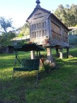Jardín-con-Horreo-Tumbonas y Balancín